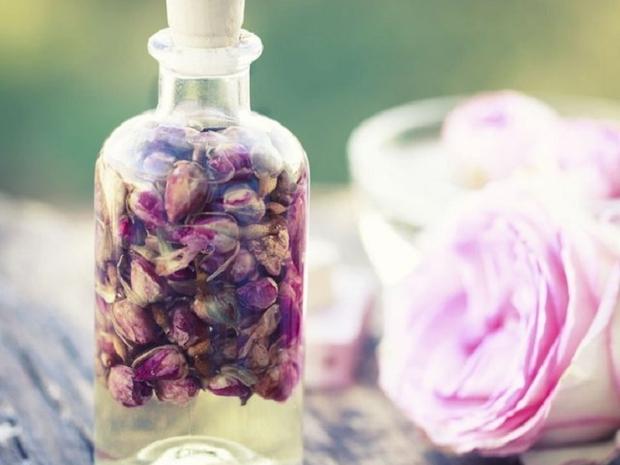 زيت الورد الحل المثالي لعلاج الهالات السوداء