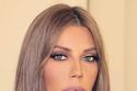 كارلا بمكياج وردي ناعم وعيون محددة بالآيلاينر الأسود