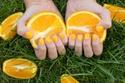 طلاء أظافر برتقالي بنفس درجة فاكهة البرتقال