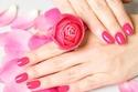 طلاء أظافر مستوحى من الورد الزهري