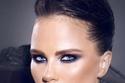 مكياج عيون سموكي منفذ بشكل يغطي كامل العين بالظل مع أحمر شفاه نيود