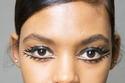 واحدة من صيحات الموضة بعيون مرسومة بالكحل والآيلاينر الأسود