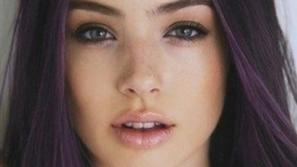 خصلات شعر بألوان غريبة تمنحك إطلالة جريئة وجذابة