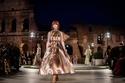 عرض أزياء فيندي في أسبوع الموضة بميلانو أمام مسرح الكولوسيوم