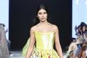 فستان قصير أصفر بطبعات ورود من تصميم رامي قاضي