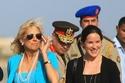 في زيارة لمصر ترتدي فستان أزرق فاتح  مع سترة متناسقة مع قلادة اللؤلؤ