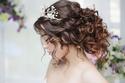 تسريحات الشعر المرفوعة المموج مع اكسسوارات اللؤلؤ تناسب العروس