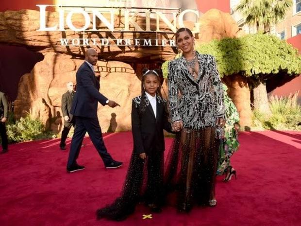 بيونسي ترتدي هي وابنتها نفس الزي في العرض الأول لفيلم The Lion King