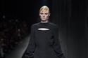 إطلالة سوداء من مجموعة أزياء Versace لخريف وشتاء 2020