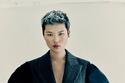 بدلة هجينة مع أكمام منفوخة من مجموعة Alexander McQueen 2021