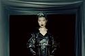 تنورة ضخمة مع جاكيت جلد من مجموعة Alexander McQueen لخريف 2021