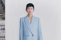 بدلة باللون الأزرق السماوي من مجموعة Alexander McQueen