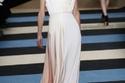 استلهمي فكرة فستان زفافك من الفساتين البيضاء في أسابيع الموضة