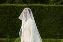 بدلة زفاف من الدانتيل الأبيض من Giambattista Valli