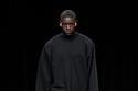 إطلالة باللون الأسود من  مجموعة أزياء Balenciaga
