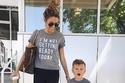 تقديم ملابس متجانسة بين الطفل وأمه كهدية من الأمور التي تسعدها