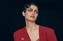 إطلالة باللون الأحمر مع حقيبة يد فاخرة  من مجموعة Ulyana Sergeenko