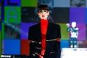 إطلالة باللون الأحمر الامع مع سترة من Dolce & Gabbana