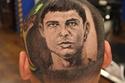 كريستيانو رونالدو على رأس أحد المشجعين