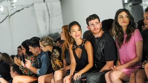 إطلالات المشاهير في عرض أزياء فيرساتشي في أسبوع نيويوك للموضة