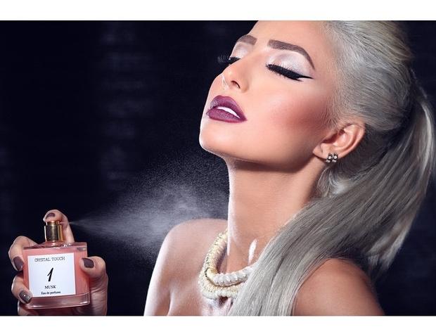 صور عارضة الأزياء السعودية الملقبة بباربي الخليج بألوان شعر مختلفة وغريبة