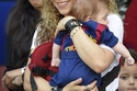 صور أول ظهور لشاكيرا وولديها يشجعون بيكيه في الملعب بملابس برشلونة