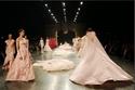 """مجموعة أزياء هوت كوتور """"ماريا كلارا"""" من المصمم إزرا تجمع بين القوة والخيال"""