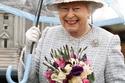 صور تثبت مجهود الملكة إليزابيث الثانية في تنسيق ألوان أزيائها حتى مع مظلتها