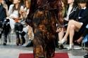 فستان بطبعة ريش الطاووس من عرض أزياء جيفنشي
