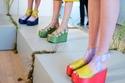 الغرابة والألوان والأزهار سمات أساسية في صيحات الأحذية من أسبوع نيويورك للموضة