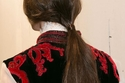 لفي خصلة من شعرك حول ربطة الشعر