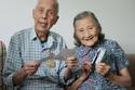 عجوزان يحتفلان بعيد زواجهما السبعين بإعادة نفس صور حفل الزفاف