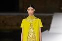 الفستان ذو الياقة المرصعة بالجواهر من تشكيلة Des Ateliers لـ Valentino