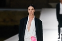فستان أبيض ماكسي مع شق جانبي من تشكيلة Des Ateliers لـ Valentino