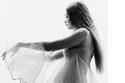 جلسة تصوير جيجي حديد في أواخر الحمل تبين شكل قوامها الآن