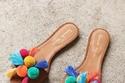 صنادل ناعمة بوهيمية بألوان الصيف المنعشة تتناسب مع الجينز