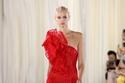 باللون الأحمر تصميم الكتف الواحد مع إضافة قماشية على شكل وردة