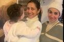 حنان مطاوع تحمل ابنتها في عيد ميلادها