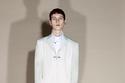 بدلة رسمية بيضاء من مجموعة  Givenchy ما قبل خريف 2021