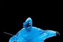 إطلالة باللون الأزرق من مجموعة Kenzo لخريف 2021