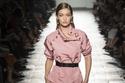 جيجي حديد في عرض أزياء Bottega Veneta