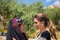 الملكة رانيا مع إحدى سيدات وادي سعيب