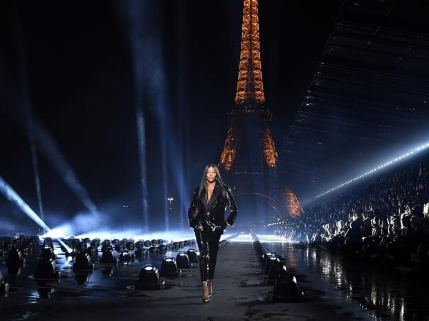 ناعومي كامبل تختم عرض أزياء إيف سان لوران  بشكل درامي في باريس