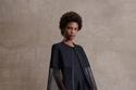 فستان أسود بموضة الكاب من مجموعة St. John لربيع وصيف 2022