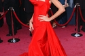 هايدي كلوم في فستان أحمر جميل على السجادة الحمراء