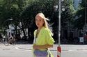 موضة الحقائب الملونة بدرجات الأرجواني مع ملابس  النيون