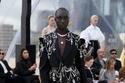 بدلة سوداء مزينة من مجموعة Alexander McQueen لربيع وصيف 2022