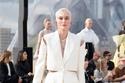 بدلة بيضاء بتصميم مقطع من مجموعة Alexander McQueen لربيع وصيف 2022