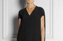 فستان أسود ناعم لإطلالة في العمل
