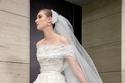 فستان off shoulder مزين  من مجموعة فساتين زفاف Elie Saab لربيع 2022
